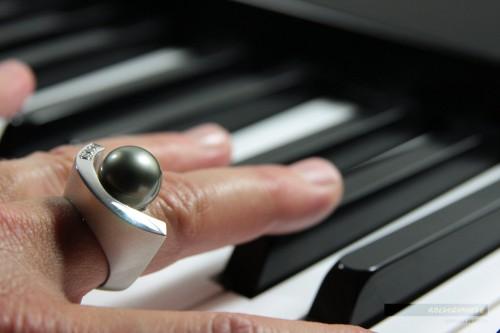 Diese wertvollen Süsswasser-Perlen schillern in feinsten Nuancen und sind harmonisch in einen Ring aus Weissgold eingebettet.