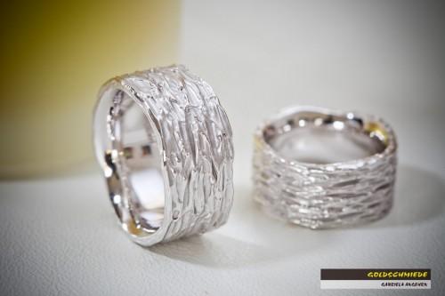 So einzigartig wie eine Partnerschaft, so aussergewöhnlich sind diese Eheringe meiner Textura-Collection.