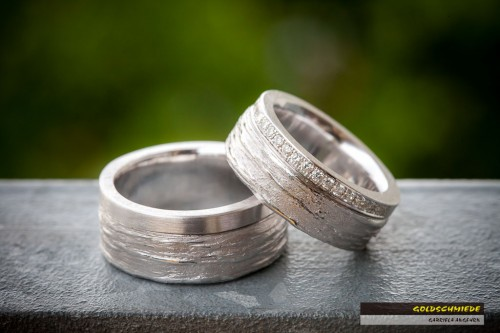 Ein Textura-Ring aus Weissgold besetzt mit vielen Brillanten