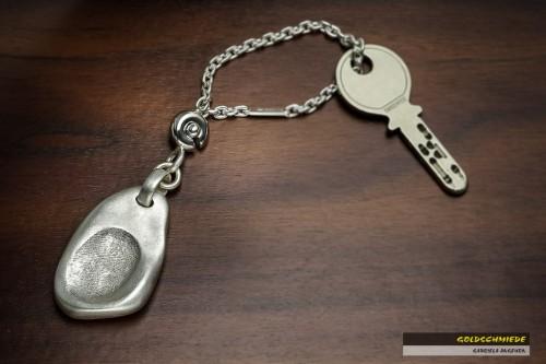 Persönlicher gehts nicht: Ein Schlüsselanhänger mit den Fingerabdrücken von Ehefrau und Tochter. Eine wunderbare Geschenksidee.