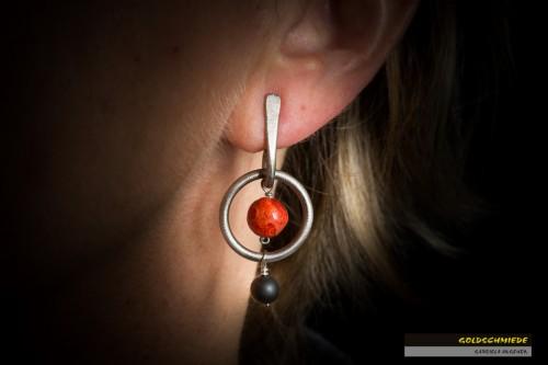 Titan-Ohrhänger mit einer roten Schaumkorallen-Kugel