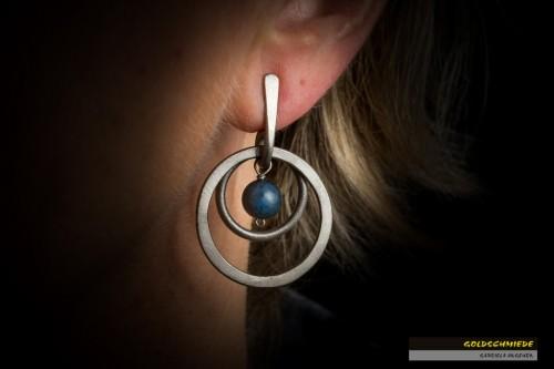 Titan-Ohrhänger mit Kugeln aus Dumortierit