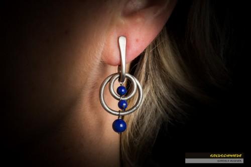 Ohrhänger aus Titan mit drei Kugeln aus Lapis-Lazuli.