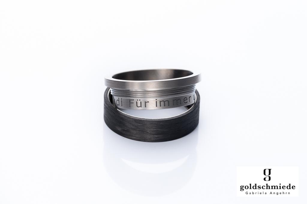 Diese Gravur ist versteckt, nur wer weiss, dass man den Ring aufschrauben kann, wird davon erfahren.