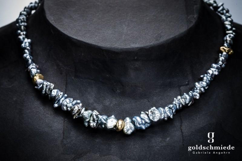 Helle Tahiti-Keshi-Perlenkette mit integrierten, handgearbeiteten Goldnuggets.